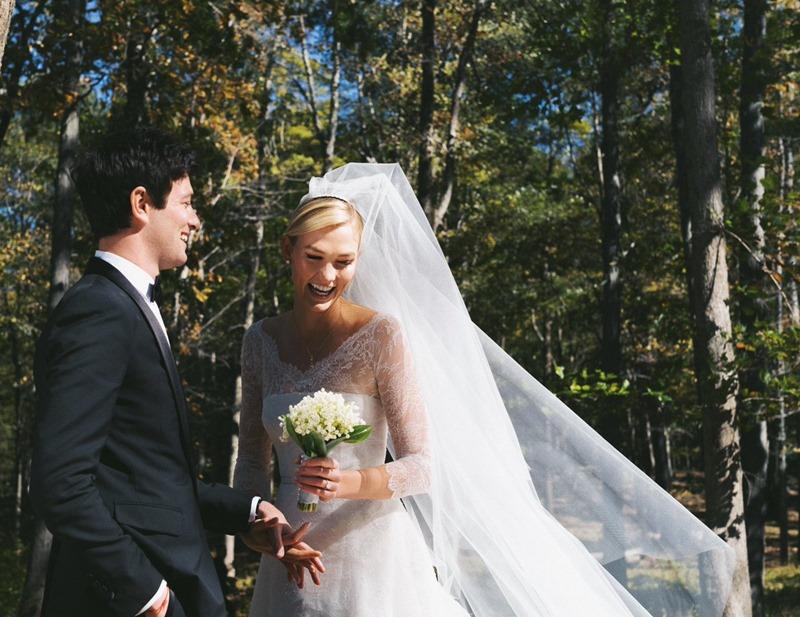 Bức hình đăng tải trên Instagram và Twitter của Karlie Kloss thông báo về đám cưới diễn ra vào ngày 18/10 vừa qua tại phía Bắc New York.