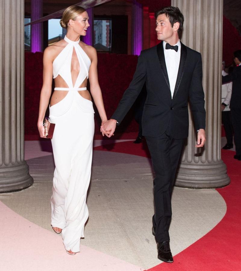 Karlie Kloss và Joshua Kushner tay trong tay khi xuất hiện tại đêm tiệc MET Gala năm 2016.