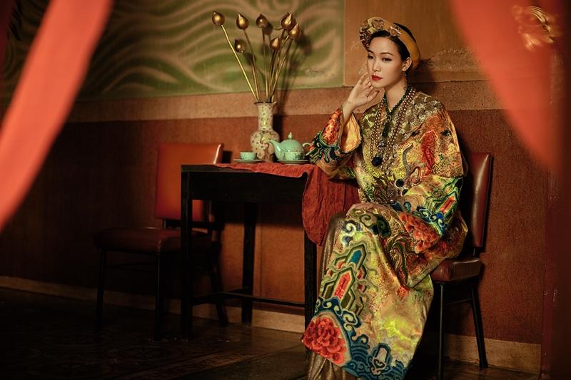 """Hoa hậu Thùy Dung trong trang phục lấy cảm hứng từ long bào của hoàng gia, kết hợp thêu tay thủ công của Việt Nam và Nhật Bản, một thiết kế tiêu biểu trong BST """"Hành Trình Về Phương Đông"""" của Hulos."""