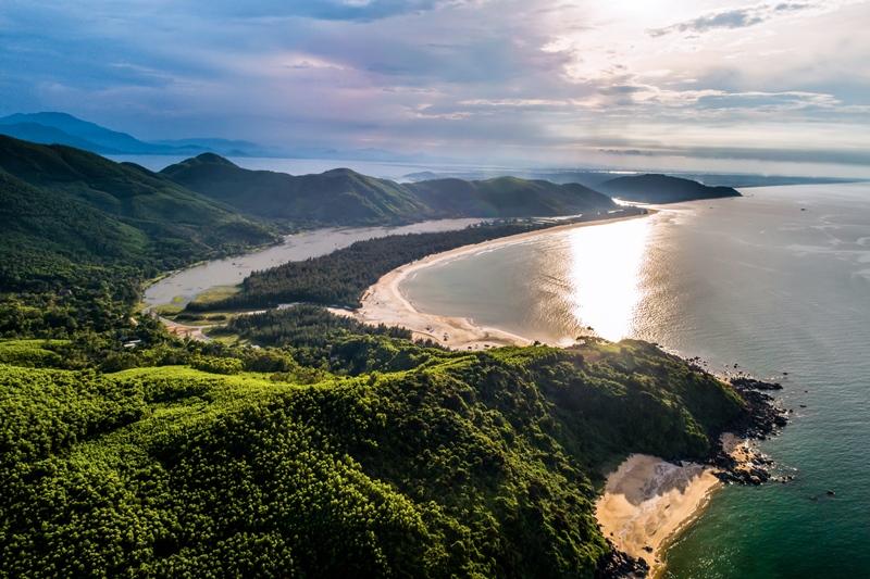 Vẻ đẹp nguyên sơ của vịnh Lăng Cô.