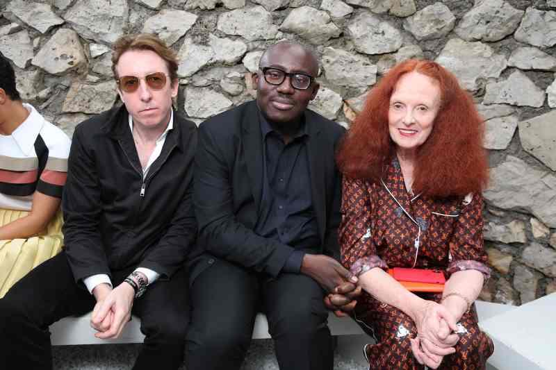 Bà cũng ngồi hàng ghế VIP trong show Cruise 2019 của Louis Vuitton cùng nhiếp ảnh gia Craig McDean (trái) và Tổng biên tập Vogue Anh Edward Enninful (giữa).