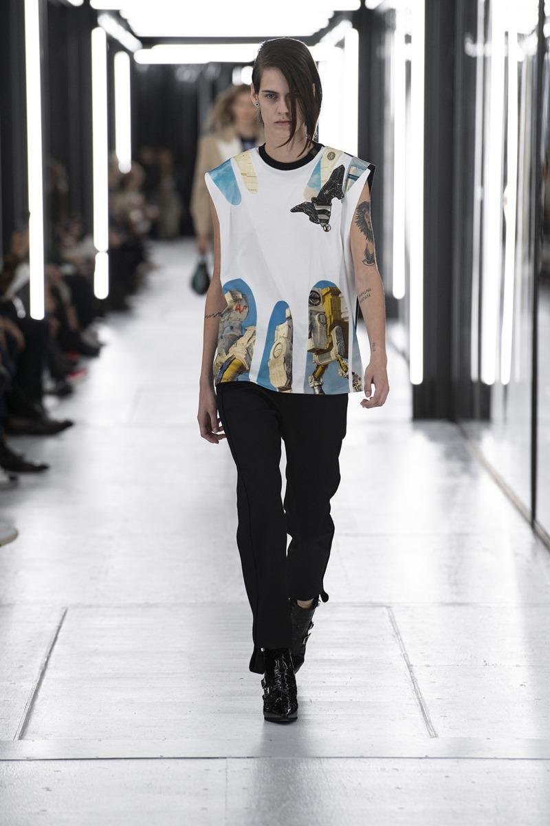 Người mẫu phi giới tính Miriam Sanchez dầy gai góc trong chiếc áo không tay phối cùng quần thùng thình và đôi giày da mạnh mẽ.