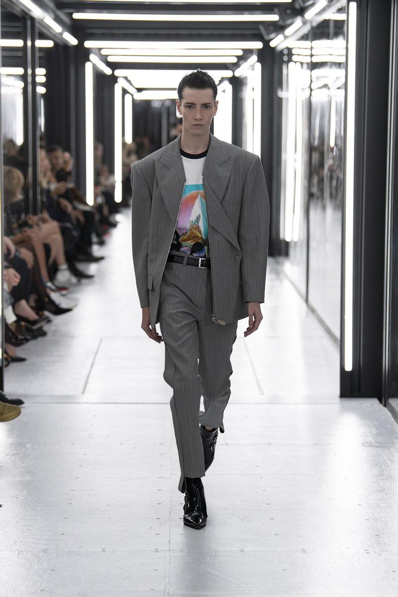Krow là một trong hai người mẫu chuyển giới nổi bật trong show Xuân Hè 2019 của Louis Vuitton. Anh đã từng dành một khoảng thời gian để hoàn thiện quá trình chuyển đổi của mình, hoạt động với vai trò một người mẫu nam thực thụ.