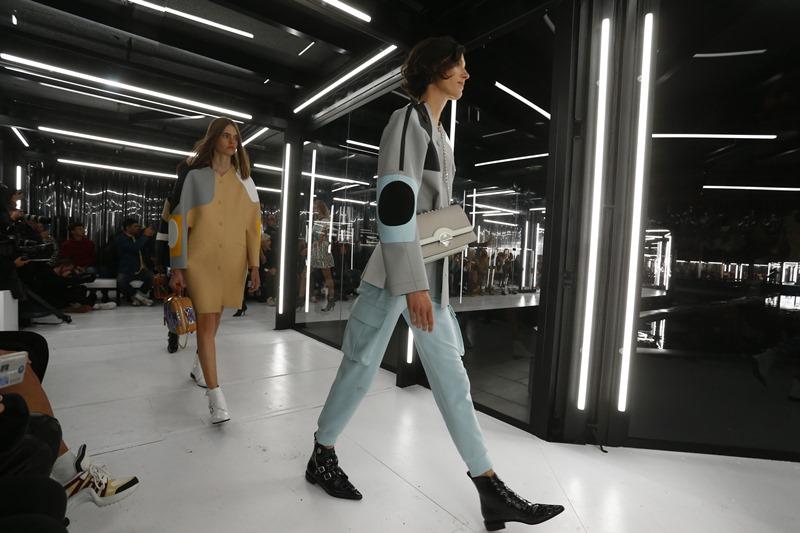 Sàn diễn catwalk đặc biệt của Louis Vuitton được dựng lên giữa khoảng sân trong khuôn viên Bảo tàng Louvre ở Paris.