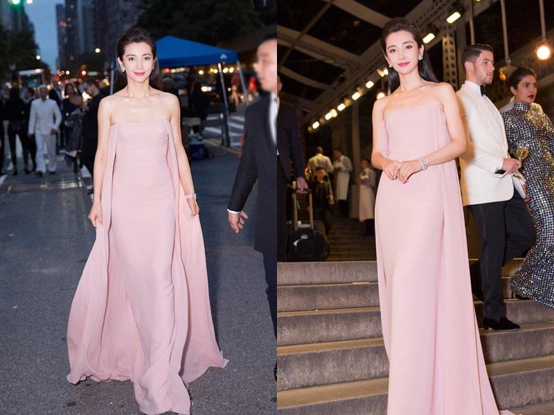 """Trái ngược lại vẻ ngoài có phần """"tiết kiệm"""" màu sắc, Lý Băng Băng lại chọn chiếc váy sắc hồng tươi tắn đúng với tinh thần mùa Xuân Hè."""