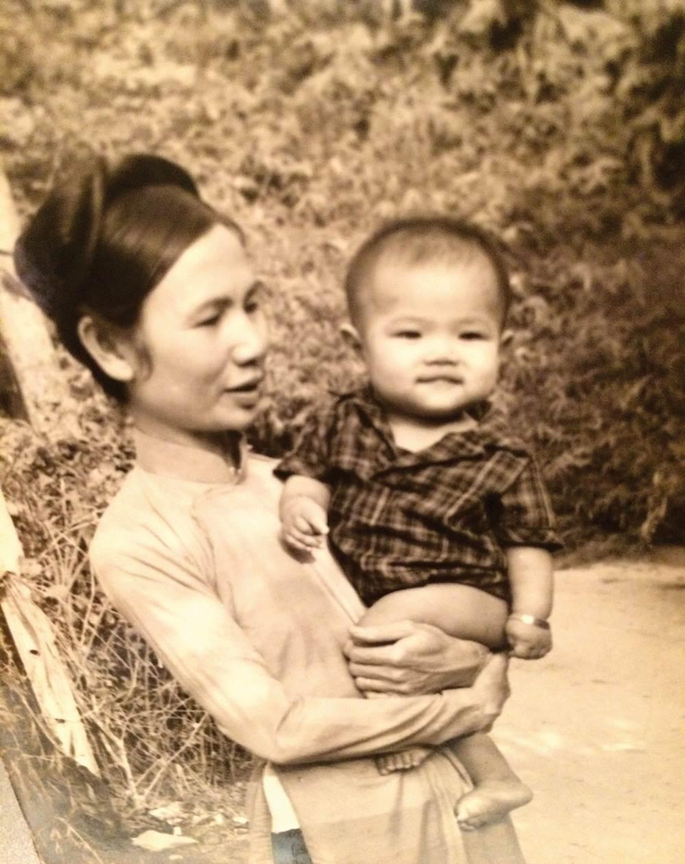 Nhạc sĩ Quốc Bảo khi bé cùng bà ngoại