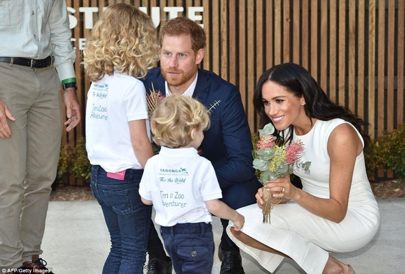 Đôi vợ chồng hoàng gia rạng rỡ khi họ nhận được một bó hoa từ một số trẻ sau khi mở Viện Khoa học và Học tập Taronga Zoo