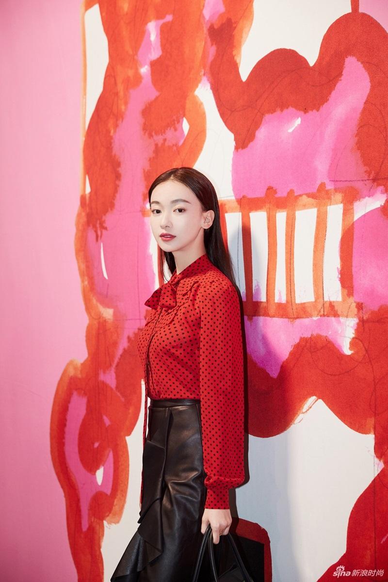 Xuất hiện với tư cách khách mời của Michael Kors, nữ diễn viên nổi bật hơn nhờ kiểu áo sơ-mi chấm bi sắc đỏ rực.