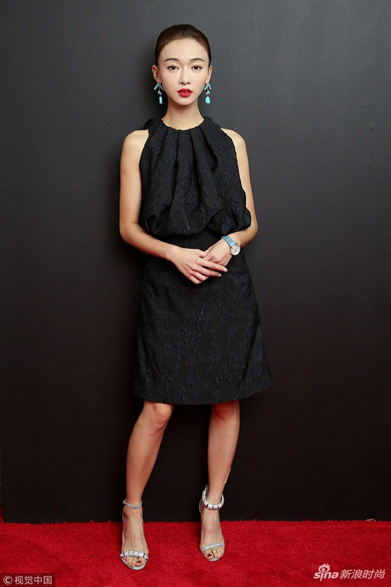 Tông màu đen được cô tích cực lăng xê, với kiểu váy liền tối giản, nhấn nhá với phụ kiện pha lê sắc xanh lam khi tham dự show diễn của Calvin Klein.