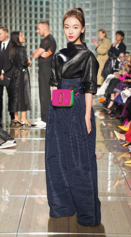 """Nổi tiếng với vai nữ chính trong """"Diên Hy Công Lược"""", Ngụy Anh Lạc là một trong những cái tên mới mẻ lần đầu xuất hiện tại Tuần lễ Thời trang New York trong show diễn của Marc Jacobs."""
