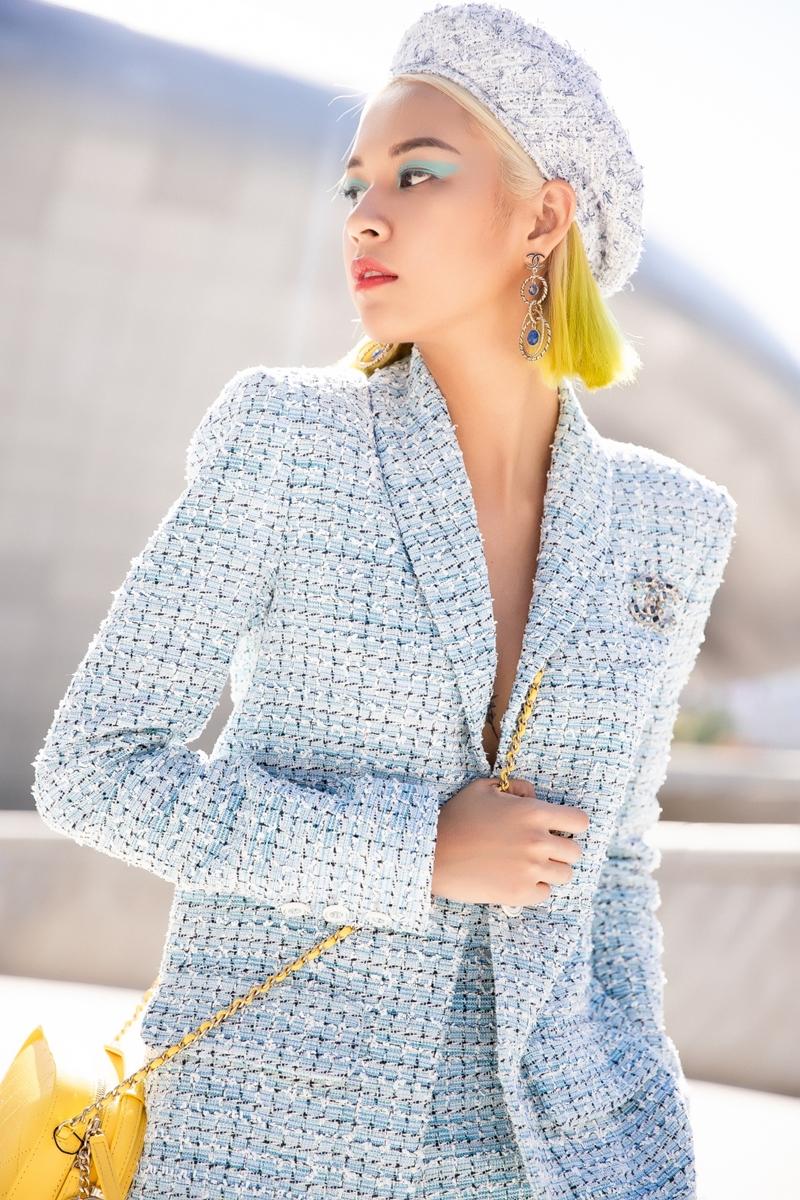 """Trong lần này """"Cô Phí"""" lại tiếp tục lọt vào mắt xanh của các tạp chí thời trang lớn trên thế giới như Vogue, Harpers Bazaar, Hypebeast, dù chỉ mới trải qua 2 ngày đầu tiên, hình ảnh của Phí Phương Anh đã tràn ngập các tạp chí thời trang trong nước và quốc tế."""