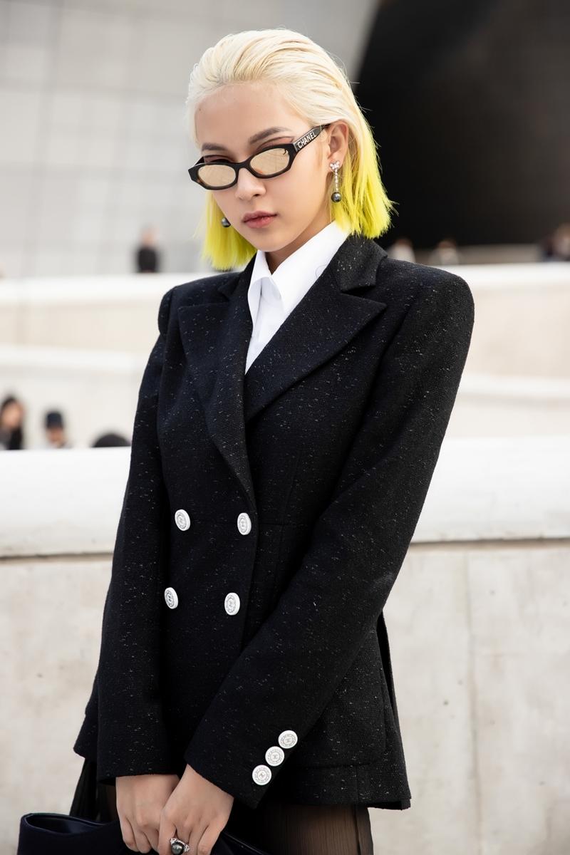 Ít ai biết rằng, 3 lần có mặt tại Seoul Fashion Week thì 2 lần Phí Phương Anh phải tự tay trang điểm, làm tóc sao cho thật ấn tượng và cuốn hút trước bạn bè quốc tế. Cô đã phải thức dậy từ sớm để chuẩn bị tất cả thật chỉn chu.