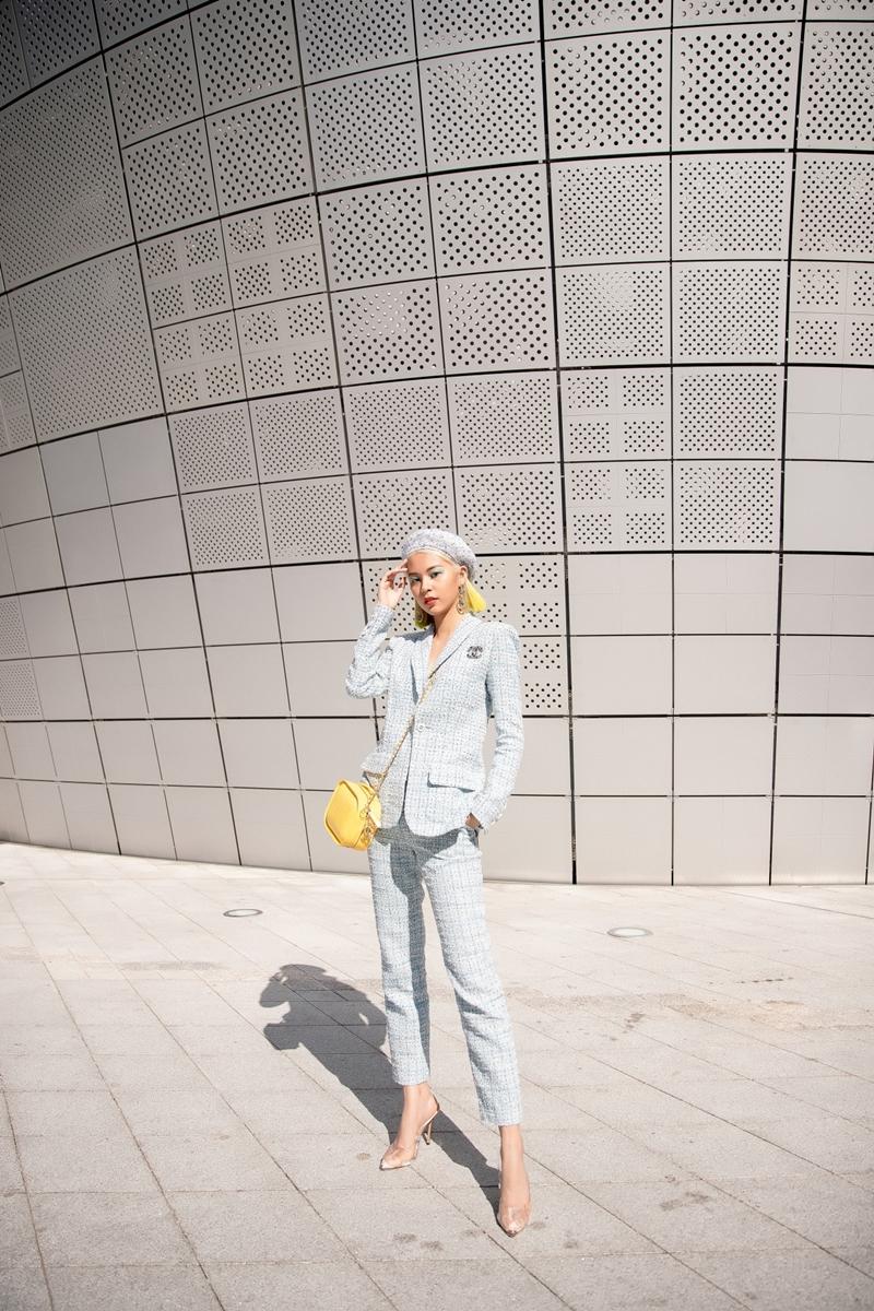 """Phí Phương Anh tâm sự: """"Sau những lần tham dự Seoul Fashion Week, tôi nhận thấy xu hướng của các tín đồ thời trang có nhiều sự thay đổi rõ rệt. Những dấu ấn thời trang cá nhân được tôn vinh mạnh mẽ nhưng vẫn phải ứng dụng và thực thế. Hôm nay tôi rất vui khi được gặp gỡ những người bạn là nhà thiết kế của nhãn hàng Theashlynn - họ chính là những người đã trực tiếp mời tôi tham gia show diễn lần này"""