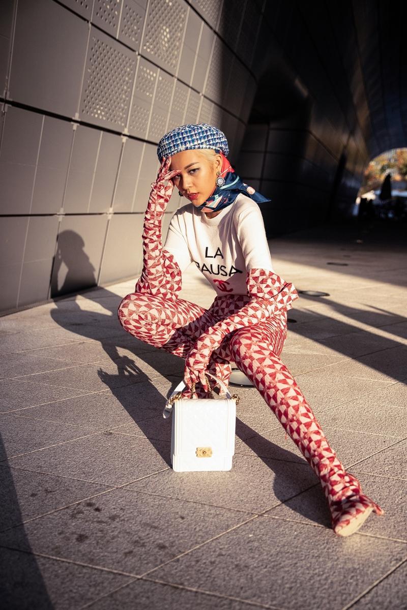 """Tuy nhiên, để có được vóc dáng chuẩn và toả sáng tại """"sàn đấu"""" thời trang quốc tế Phí Phương Anh đã phải tích cực tập luyện với cường độ cao trước đó nhiều tuần. Trong lúc tham gia Seoul Fashion Week, người mẫu cho biết cô cảm thấy rất căng thẳng và áp lực. Thậm chí, Phí Phương Anh không có thời gian nghĩ đến chuyện ăn uống, chỉ uống nước cầm hơi để tích cực làm việc trong những ngày qua."""