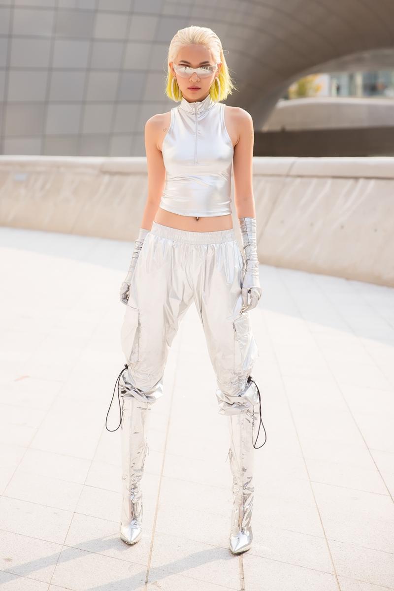 Người đẹp xuất hiện với bộ trong phục tour-sur-tour ánh bạc mang hơi hướng tương lai