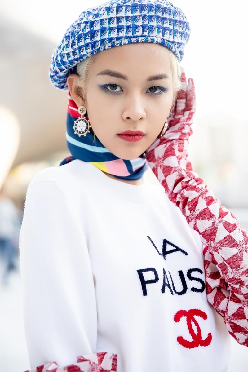 một set đồ trẻ trung với gam màu trắng và hồng làm chủ đạo với phong cách thời trang nổi loạn lấy cảm hứng từ trường phái Avant Gante cho buổi chiều