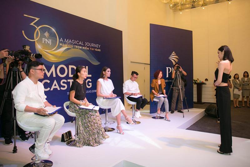Võ Hoàng Yến cùng ê kíp sản xuất chương trình trong buổi casting người mẫu.