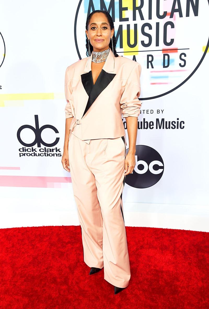 """""""Chủ xị"""" hai năm liên tiếp của AMAs 2017 và 2018 - Tracee Ellis Ross cũng lựa chọn suit khi xuất hiện trên thảm đỏ AMAs 2018. Đây là thiết kế suit cho nam giới trong BST Xuân Hè 2019 của thương hiệu Pyer Moss."""
