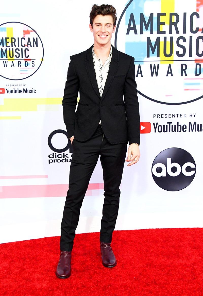 Chàng trai sinh năm 1998 Shawn Mendes mặc suit trong BST Xuân Hè 2019 của Saint Laurent.