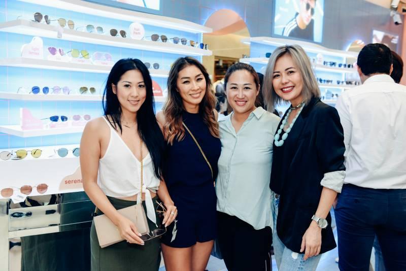 Những người bạn của Tăng Thanh Hà đến chúc mừng cửa hàng mới.