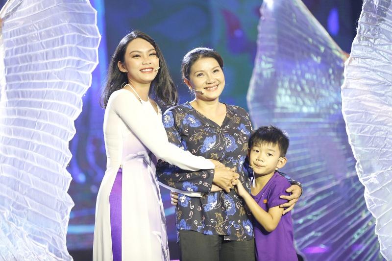 Gia đình Thanh Tú, mẹ Kiều Trinh và em trai.