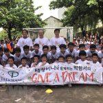 """HLV Park Hang Seo """"gieo ước mơ"""" bóng đá cho trẻ em vùng khó khăn"""