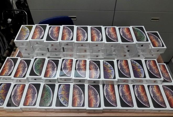 Tạm giữ lô hàng hơn 250 chiếc điện thoại iPhone mới không khai báo