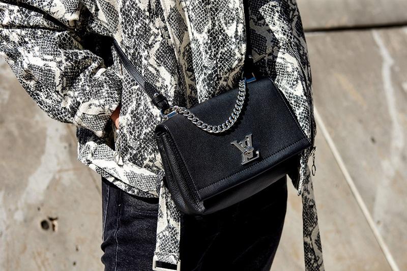 """Ra mắt lần đầu trong BST Resort 2015 của Louis Vuitton nhưng mẫu túi xách Twist PM Epi vẫn """"giữ lửa"""" trong mắt các fashionista xứ kim chi đến tận Tuần lễ Thời trang Xuân Hè 2019."""