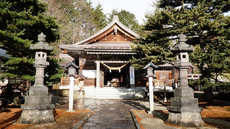 Đền Nasu-yuzen-jinja, tọa lạc tại đỉnh núi Aspen, thị trấn Nasu.