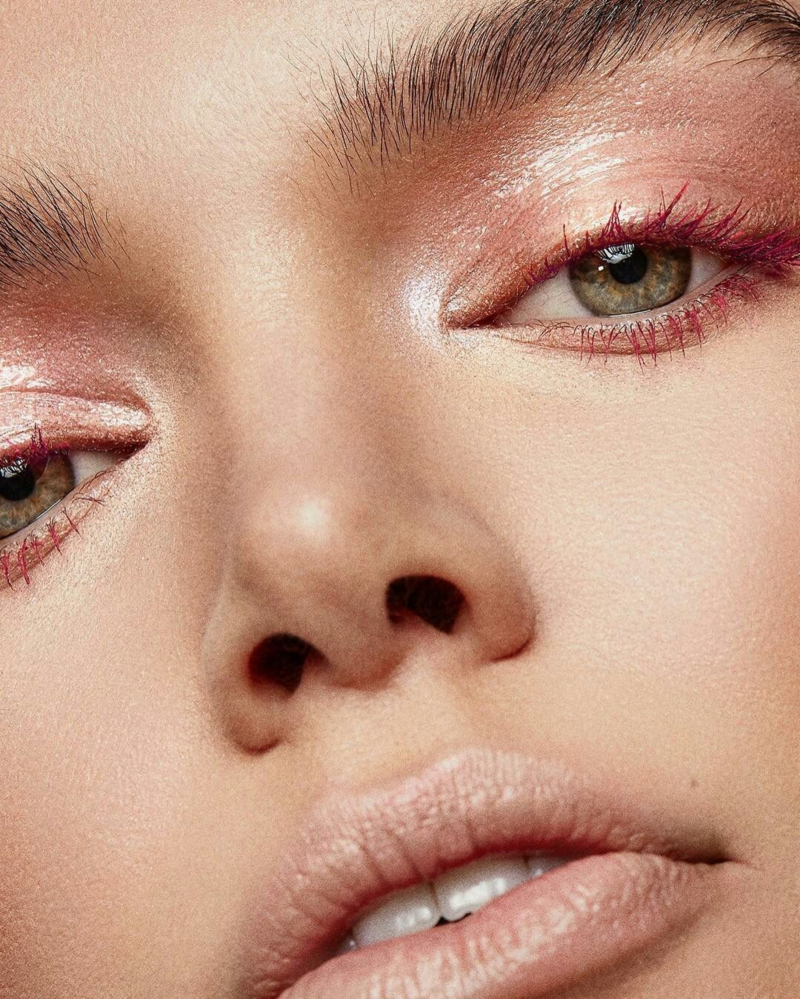 Đủ mới mẻ nhưng không quá phá cách, sắc đỏ burgundy là lựa chọn lý tưởng cho mọi cô nàng
