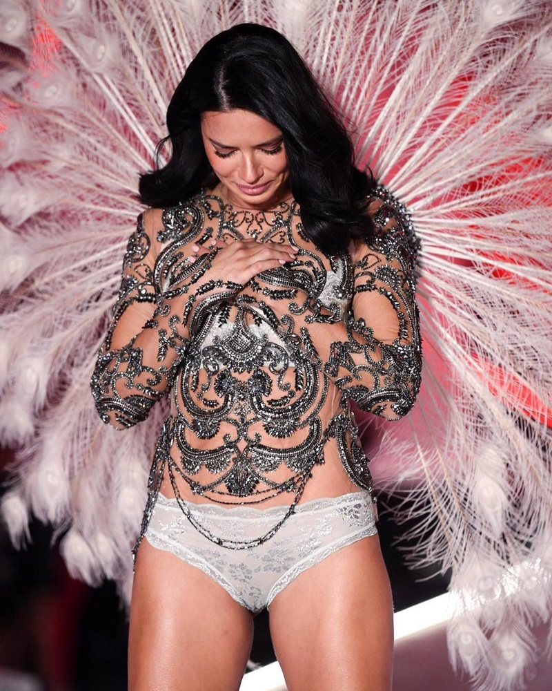 Không phải một nụ cười rạng rỡ hay những chiếc hôn gió quyến rũ như thường lệ, Adriana Lima đã bật khóc khi tạo dáng cuối đường băng. Người đẹp Brazil đã cúi đầu thay cho lời cảm ơn và rơi nước mắt trong tiếng reo hò cổ vũ của tất cả khán giả.