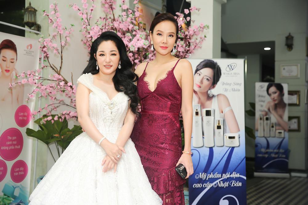 Nghệ sĩ hài Thúy Nga đọ sắc cùng bà chủ Hollywood Beauty Á hậu, siêu mẫu Dương Yến Ngọc.
