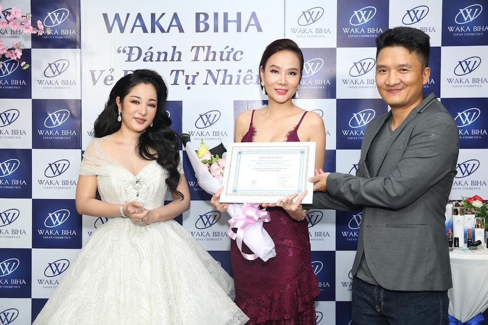 Bà chủ Hollywood Beauty – Á hậu, siêu mẫu Dương Yến Ngọc nhận Chứng nhận Đối tác phân phối chiến lược nhãn hàng Waka Biha tại sự kiện.