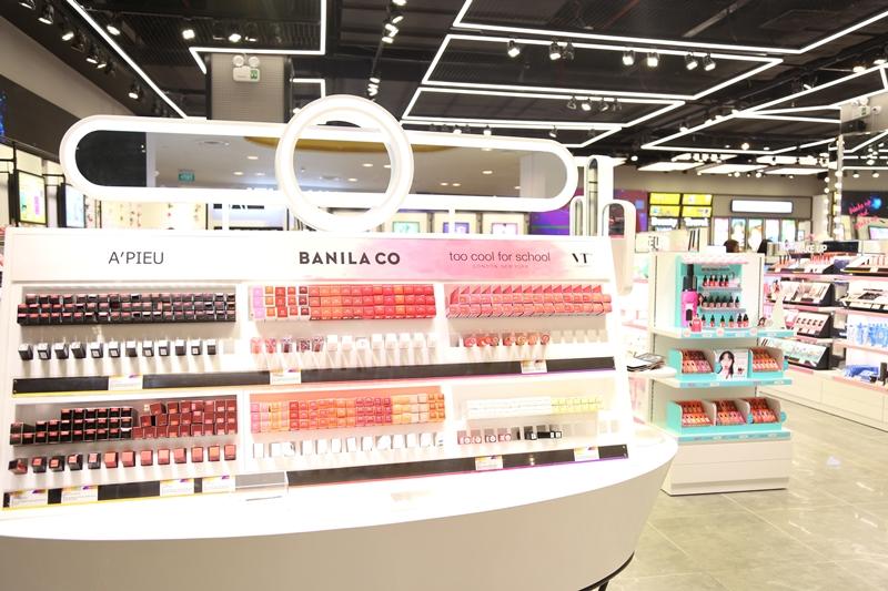 """Thấu hiểu nhu cầu của phái nữ, Beauty Box còn cung cấp sẵn những bộ sản phẩm đa dạng phục vụ cho từng mục đích như đi chơi, đi làm, đi tiệc và phong cách trang điểm khác nhau khi các nàng quá """"choáng ngợp"""" trước sự đa dạng trong """"thiên đường"""" mỹ phẩm này."""