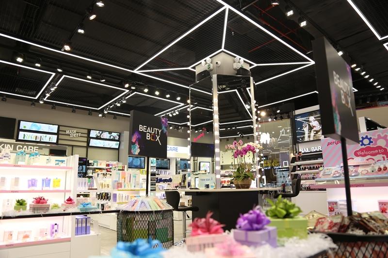 Sắp tới đây, Beauty Box sẽ có buổi khai trương chính thức vào ngày 1/12/2018 tại Trung tâm thương mại SC Vivo City, phường Tân Phong, Q.7 với hơn 600 phần quà hấp dẫn dành cho những khách hàng đăng kí tham gia buổi khai trương.