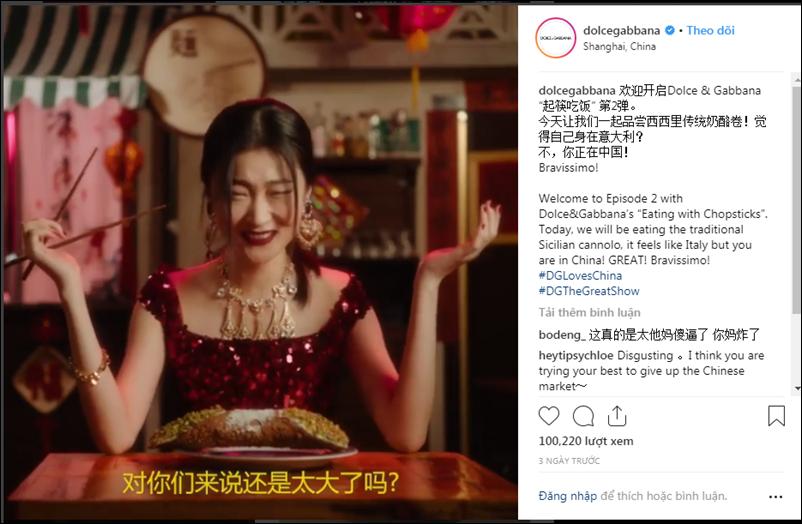 """Xuyên suốt trong video là những lời dẫn về việc dùng """"đôi đũa nhỏ bé"""" và biểu cảm tỏ vẻ buồn cười của người mẫu khi phải ăn các món Tây bằng đũa."""