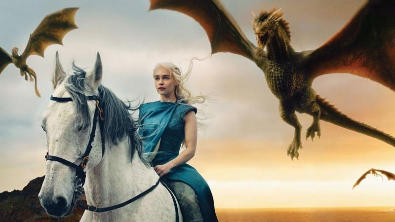 nhân vật Daenerys Targaryen đã dùng phép thuật hồi sinh ba rồng con, rồi nuôi lớn chúng thành những vũ khí chiến tranh rất đáng gờm.