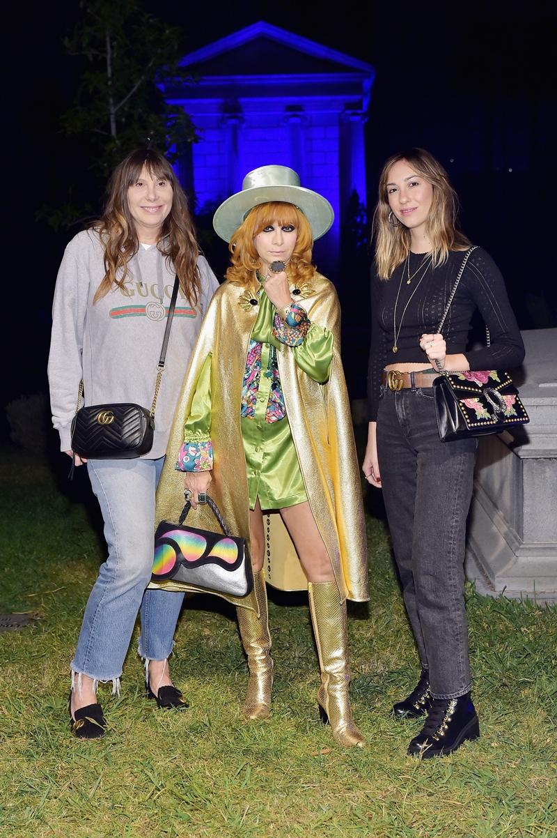 Bà Linda Ramone trở lại nơi yên nghỉ của chồng mình - nhạc sĩ Johnny Ramone với tư cách khách mời của bữa tiệc Guilty Forever, trong bộ trang phục tông màu ánh kim vô cùng nổi bật.