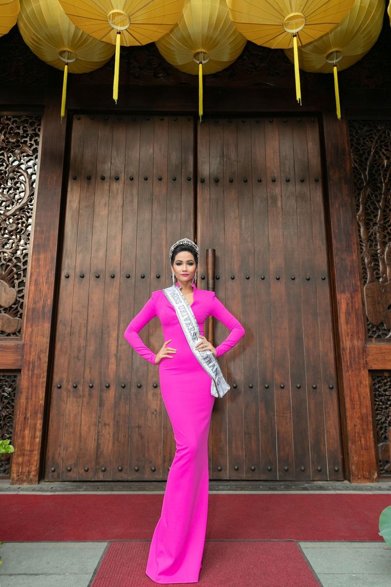 Hoa hậu H'Hen Niê xuất hiện rạng rỡ tại sự kiện với bộ váy tông hồng neon ôm dáng.