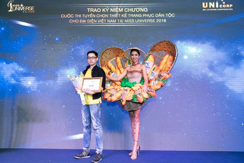 Hoa hậu H'hen Niê và nhà thiết kế Phạm Phước Điền.