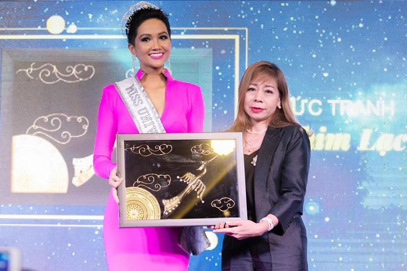 """Tại chương trình, quà tặng quốc gia mà hoa hậu H'Hen Niê mang đến Miss Universe lần đầu được tiết lộ: """"Chim lạc - trống đồng"""" là bức tranh mạ vàng được đính kết ngọc trai, thể hiện khát vọng, hoài bão và quyết tâm vươn lên chinh phục những tầm cao mới."""