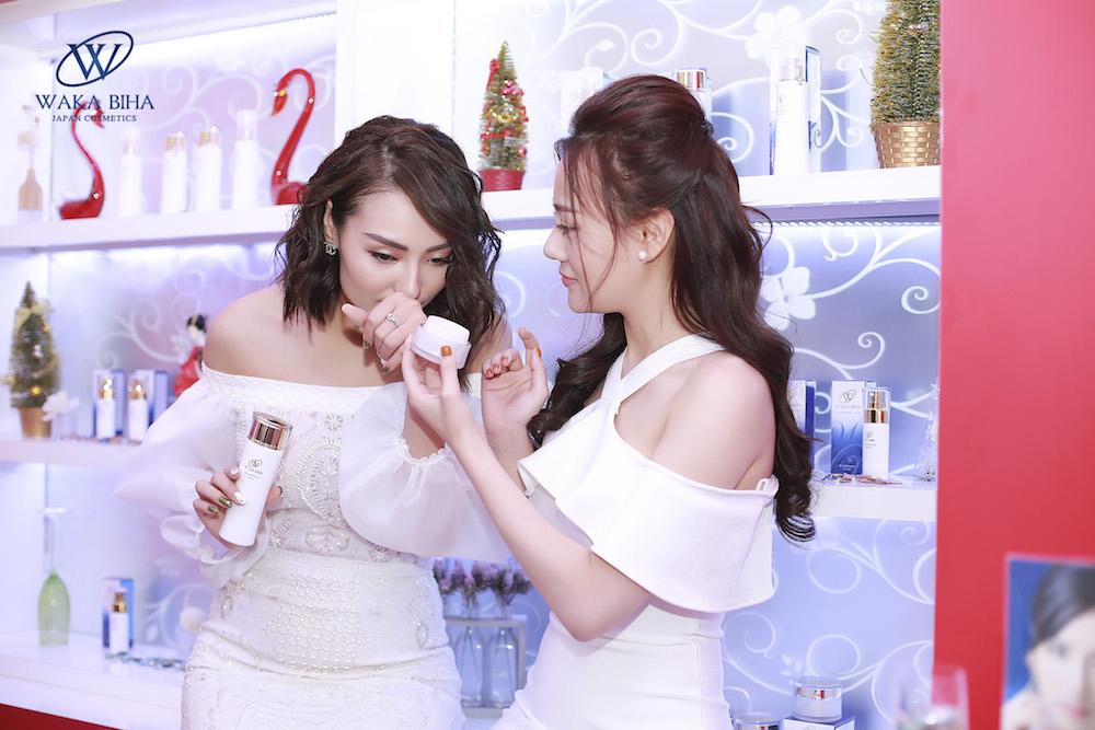 """Phương Oanh """"Quỳnh Búp bê"""" & Hồng Quế vui vẻ bên sản phẩm Waka Biha yêu thích"""
