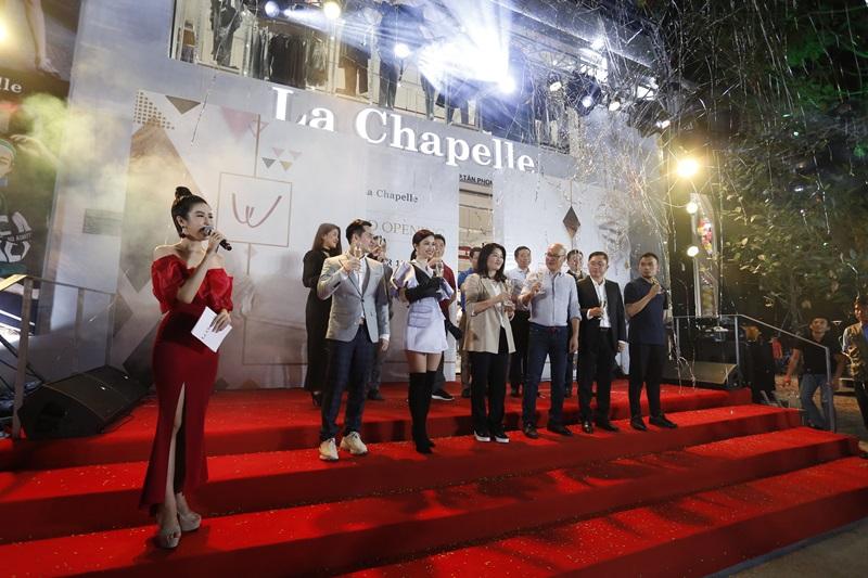 Buổi lễ khai trương có sự góp mặt của ca sĩ Ông Cao Thắng và Đông Nhi.