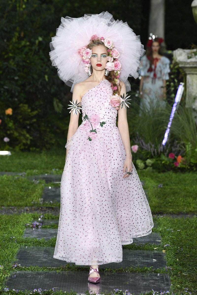 """Trên sàn catwalk của Rodarte, thiết kế này còn đi kèm một chiếc """"mũ"""" bằng tulle cùng những bông hoa cài tóc."""