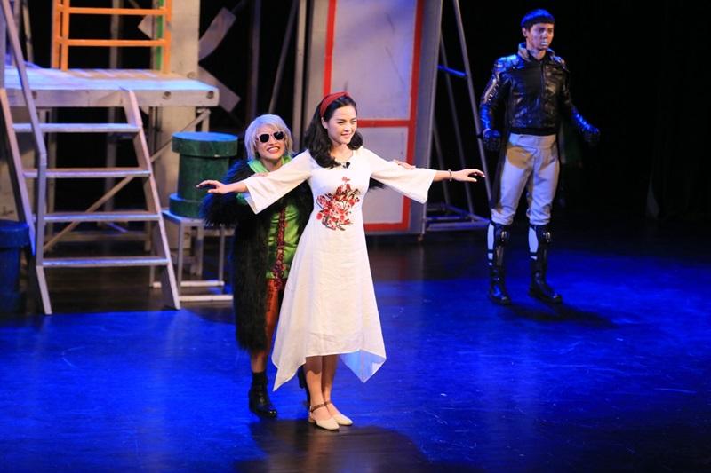 Ít ai ngờ tằng Thu Quỳnh đã có những 9 năm trên sân khấu kịch.