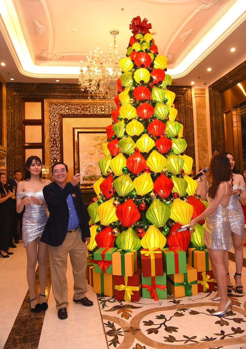 Khách sạn Windsor Plaza khai mạc mùa lễ hội với nghi thức Thắp sáng cây Giáng sinh diễn ra đúng vào đêm Lễ Tạ Ơn, 22-11-2018. Khi chiếc công tắc được bật lên, đèn trang trí bắt đầu chớp sáng, là lúc không khí Giáng Sinh ngập tràn khắp khách sạn trong khộng gian ấm áp được trang hoàng rực rỡ mừng Giáng Sinh và Năm Mới