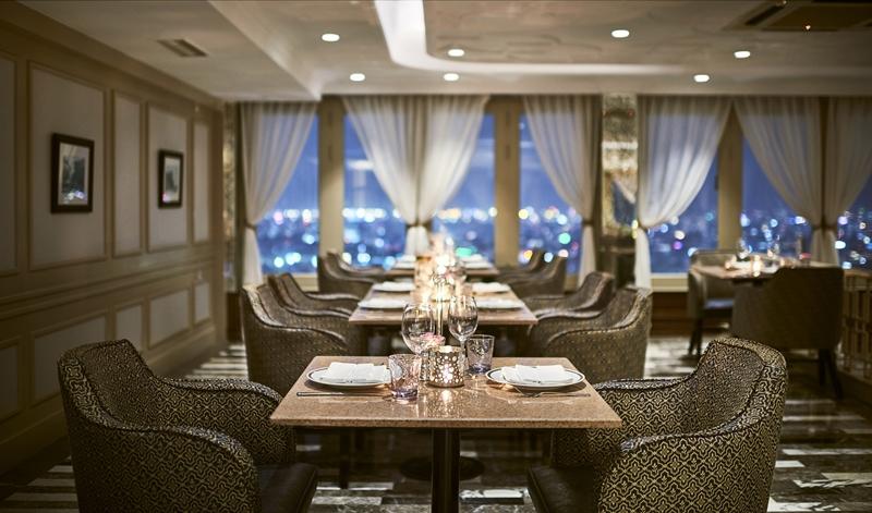 Với tầm nhìn bao quát toàn cảnh thành phố, nhà hàng & bar Top of the Town là địa điểm lý tưởng cho các dịp kỷ niệm, buổi hẹn hò lãng mạn hay những buổi họp mặt đặc biệt.
