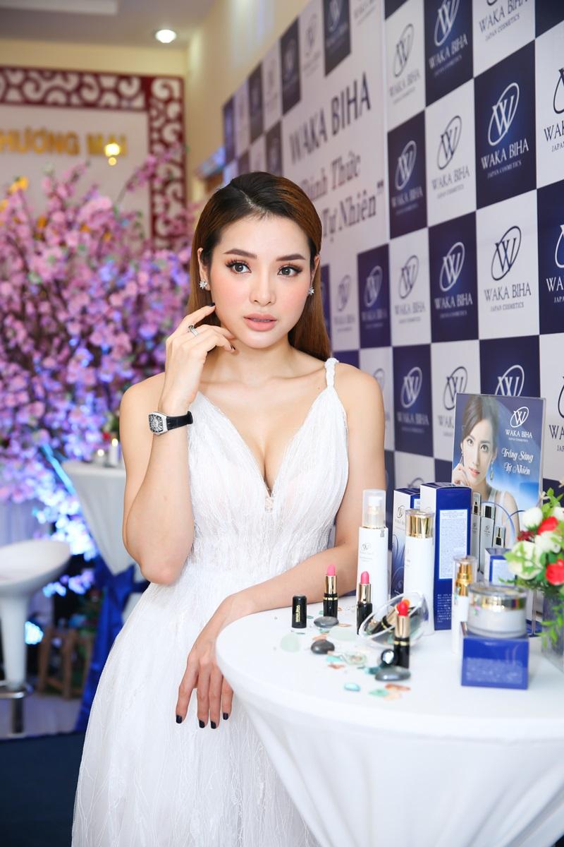 """Phương Trinh Jolie xinh đẹp tại sự kiện """"Waka Biha – Đánh thức vẻ đẹp tự nhiên""""."""
