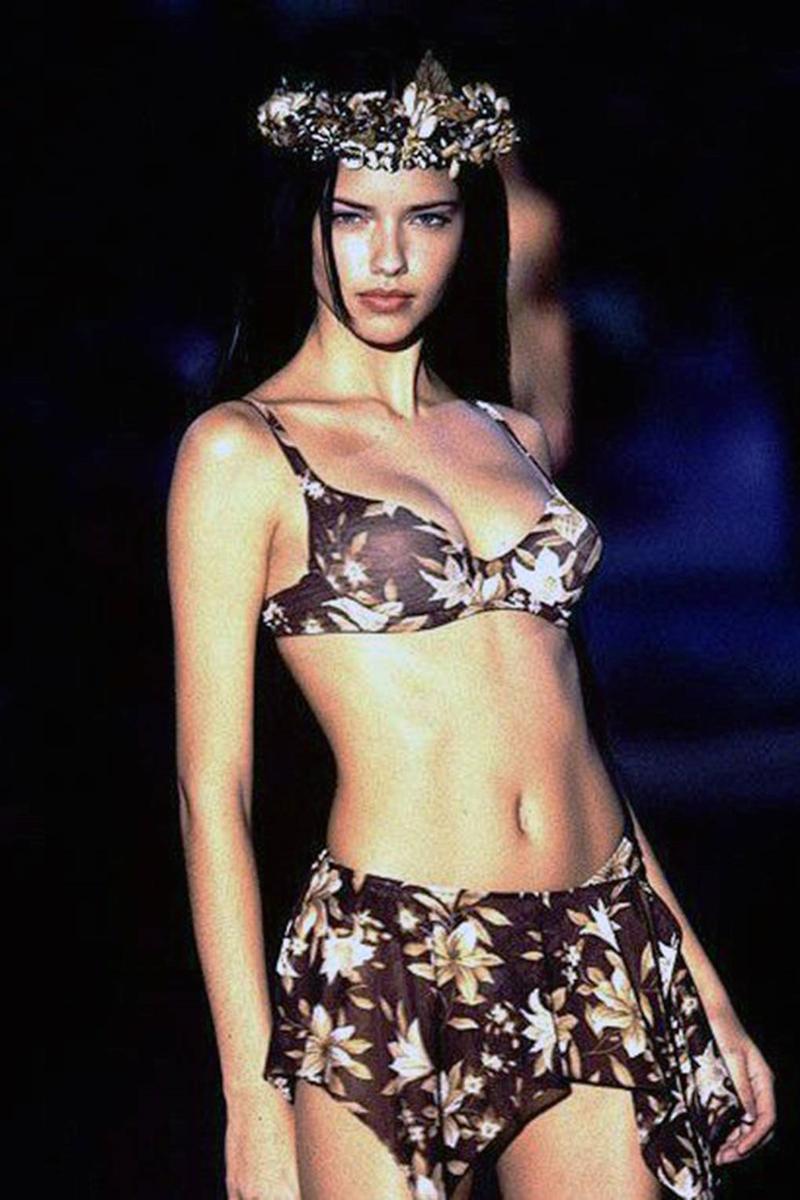 """Adriana Lima gần như là một biểu tượng của VSFS ngay từ những lần đầu xuất hiện trong show thời trang nội y hoành tráng này. Từ đôi mắt biết nói, sải bước đầy quyền lực đến những cú xoay hông và """"nụ cười thương hiệu"""" đã để lại nhiều dấu ấn sâu đậm trong lòng khán giả. (Ảnh: VSFS 1999)"""