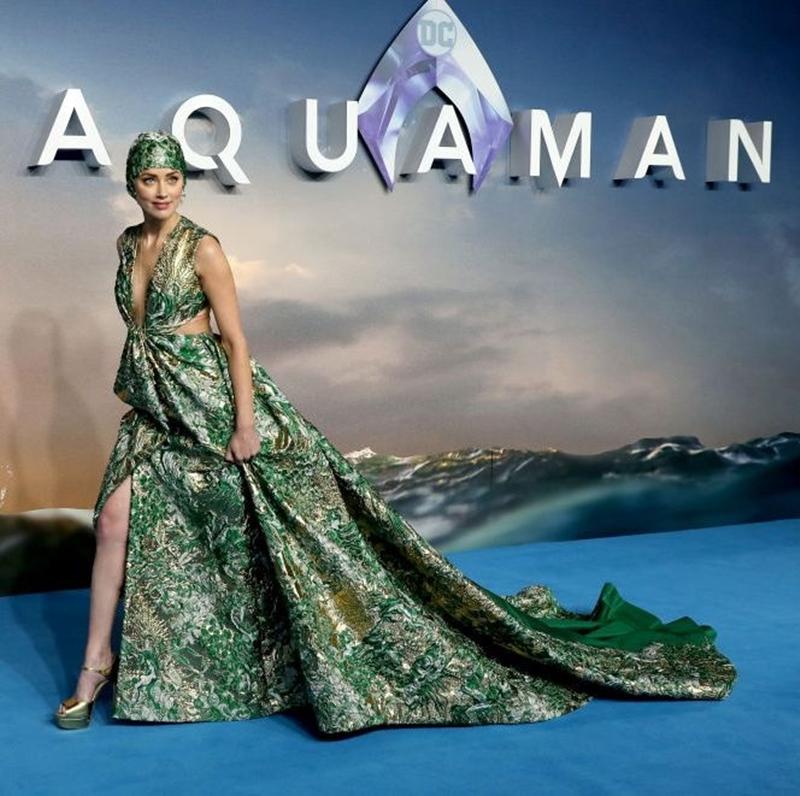 Thiết kế đầm dài bằng chất liệu vải gấm này là một thiết kế couture từ thương hiệu Valentino.